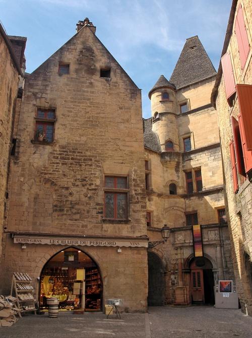 Le cellier du Périgord est situé à l'hotel de Malville, au coeur de Sarlat, notre boutique vous comblera de bonheur avec tout ses saveurs gastronomiques